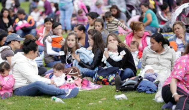 Mamás y bebés en Bogotá participando de la Tetatón