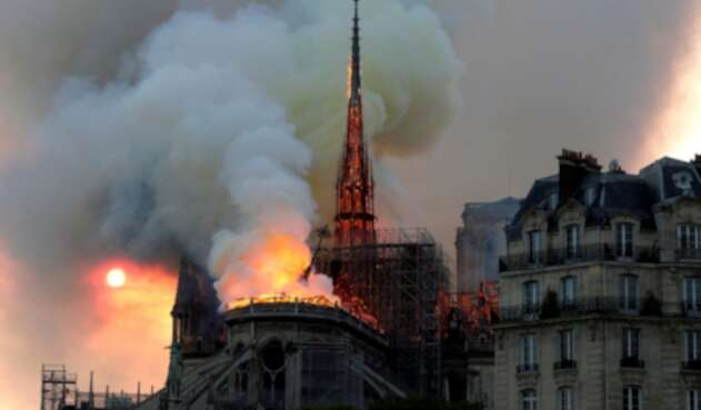 La Catedral de Notre Dame de París incendiándose, el 15 de abril de 2019