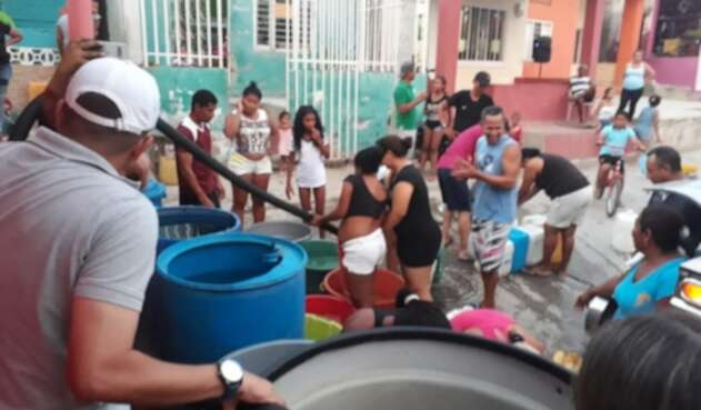 Samarios se abastecen de agua
