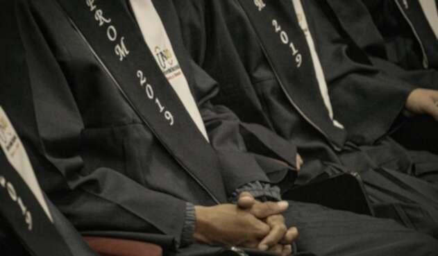 Excombatientes obteniendo el título de bachiller académico.