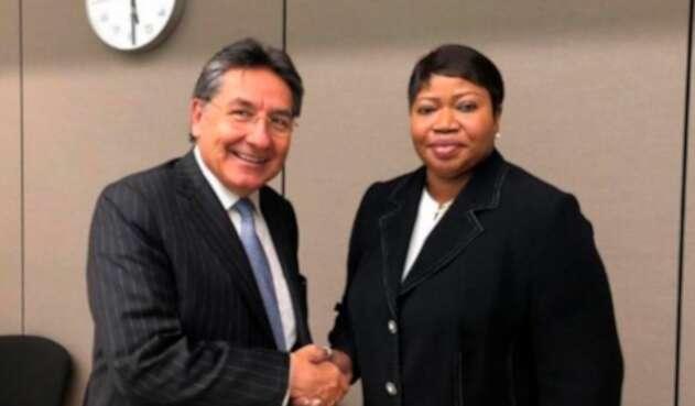 El fiscal Néstor Humberto Martínez con Fatou Bensouda, fiscal de la CPI, en La Haya