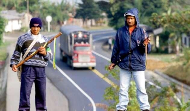 Miembros de la Guardia Indígena del Resguardo La María monta guardia la carretera Panamericana en Piendamó (Cauca)