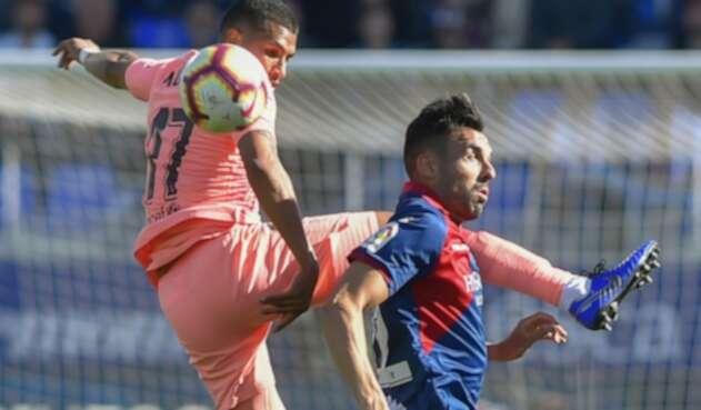 Jeison Murillo disputando el balón con Enric Gallego en el Estadio El Alcoraz, en Huesca, el 13 de abril de 2019