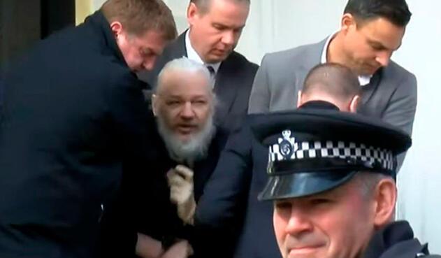Julian Assange, fundador de Wikileaks, tras ser sacado de la embajada de Ecuador en Londres