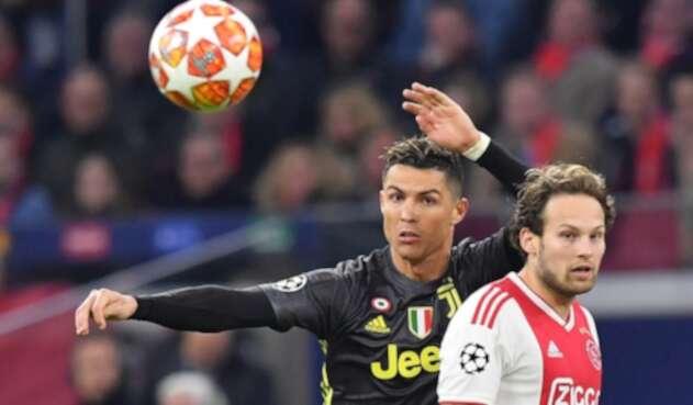 Cristiano Ronaldo y Daley Blind disputando el balón en el estadio Johan Cruijff Arena de Amsterdam, Holanda, el 10 de abril de 2019