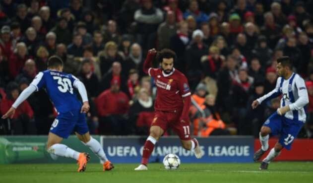 Mohamed Salah (Liverpool), marcado por Diogo Dalot y Ragnar Klavan (Porto) en Anfield, en duelo de Champions disputado el 6 de marzo de 2018