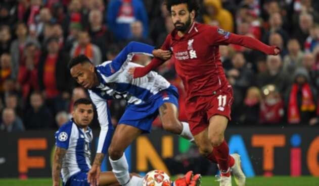 Mohamed Salah (Liverpool) disputando el balón con Eder Militao (Porto, fichado por Real Madrid) el 9 de abril de 2019 en el estadio de Anfield, en Liverpool