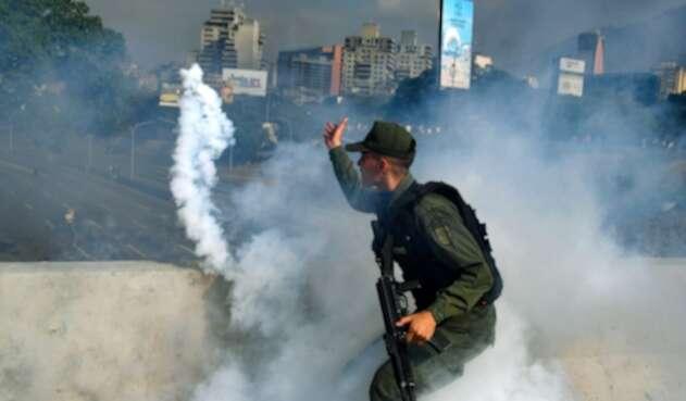 Un integrante de la Guardia Bolivariana durante los disturbios de este martes