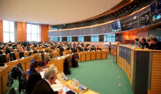 El senador Gustavo Petro (a la derecha) en el Parlamento Europeo, en Bruselas (Bélgica)