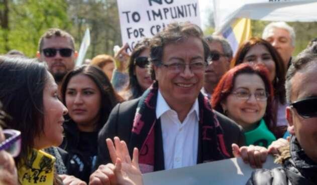 El senador Gustavo Petro en La Haya (Holanda)