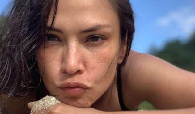 La famosa actriz compartió un video en redes sociales donde aparece nadando desnuda.