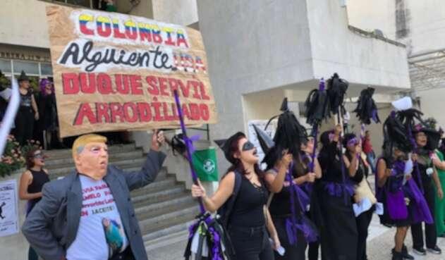 De luto y vestidas de brujas protestaron mujeres de un colectivo ciudadano.