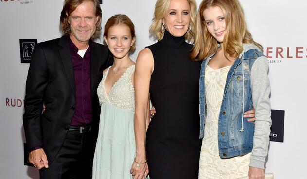 El escritor y director William H. Macy junto a su hija menor Grace Macy, su esposa Felicity Huffman y su hija mayor Sophia Macy.