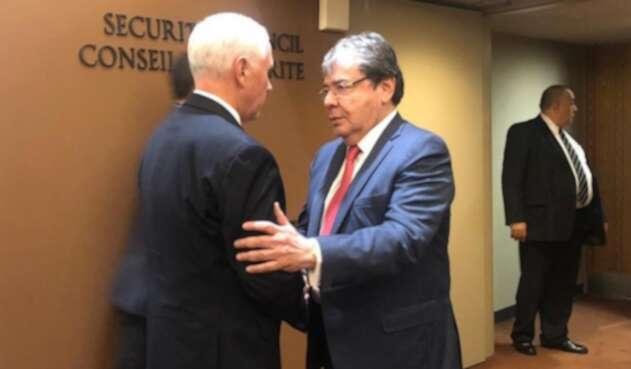 Mike Pence y Carlos Holmes Trujillo