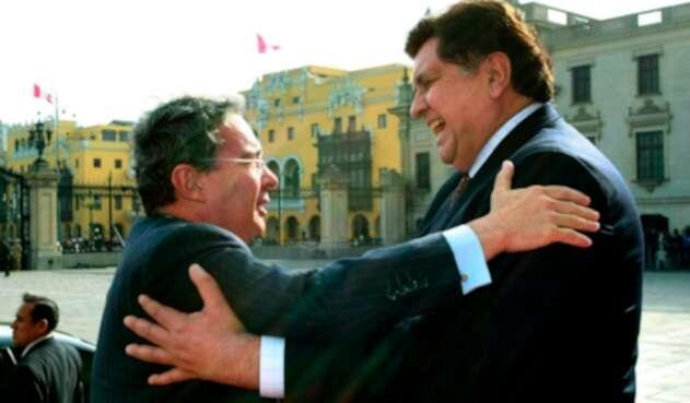 Los expresidentes Álvaro Uribe y Alan García (Colombia y Perú, respectivamente), el 4 de agosto de 2009 en Lima