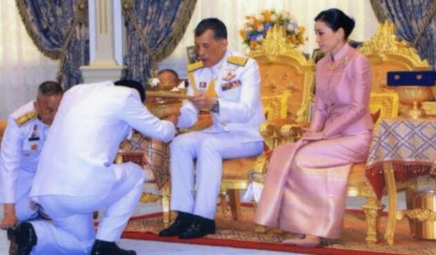 El rey de Tailandia y su esposa