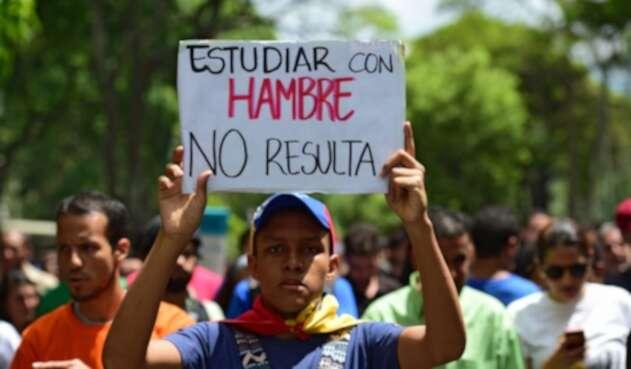 Joven venezolano protestando