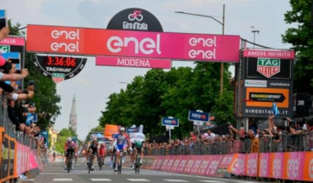 Arnaud Démare, ciclista francés al servicio de Groupama-FDJ, ganando la etapa 10 del Giro de Italia