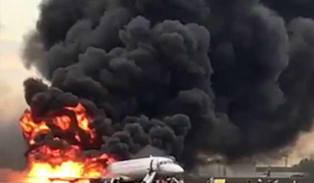 Avión se incendió en aeropuerto en Rusia