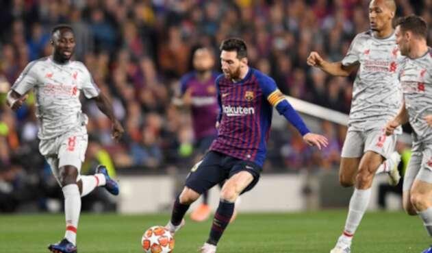 Lionel Messi es marcado por Naby Keita, Fabinho y James Milner en el Estadio Camp Nou de Barcelona, el primero de mayo de 2019