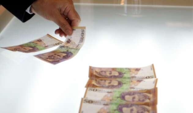Billetes de 50.000 pesos expuestos en Bogotá