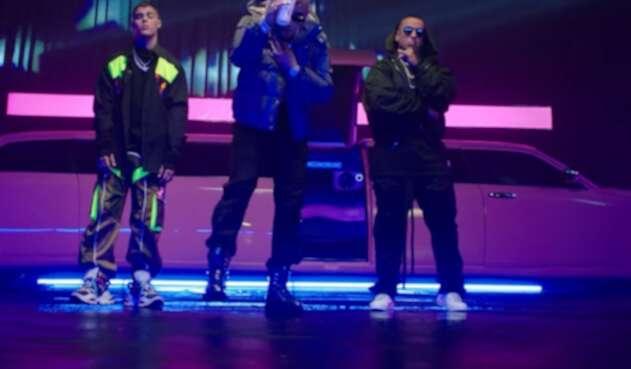 Los famosos cantantes se unieron a la nueva promesa musical para derrochar talento en esta canción.