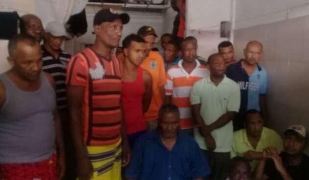 Desesperados esperan noticias positivas en una comisaría de Caracas