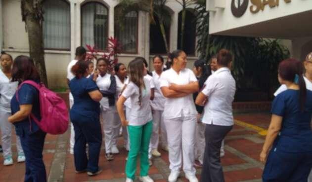 Varios empleados del Hospital San Juan de Dios protestan por retrasos en el pago de su salario.