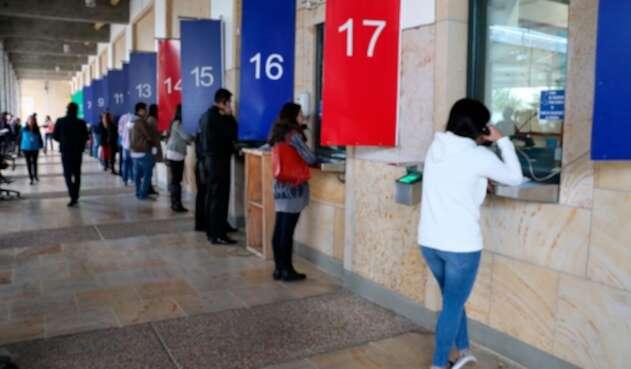 Personas dentro de la Embajada de Estados Unidos en Bogotá solicitando la visa