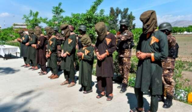 Miembros de las fuerzas de seguridad afganas respaldan a los presuntos combatientes del Estado Islámico en la provincia de Nangarhar, el 10 de abril de 2019