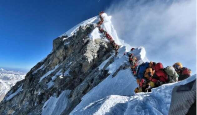 Largas filas de montañistas en el Everest