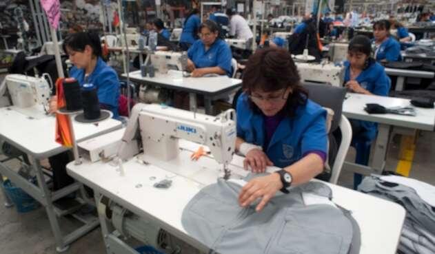 Empleados colombianos trabajando en una fábrica, en Bogotá