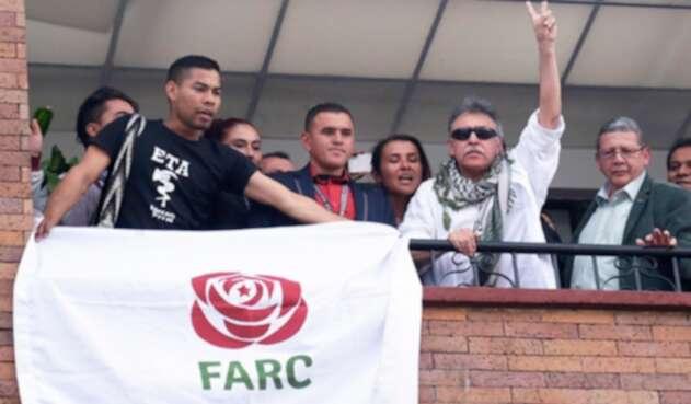José Miguel Beñarán Ordeñana, alias Argala, portando la camiseta de ETA, cuando el partido Farc celebraba la liberación de Jesús Santrich