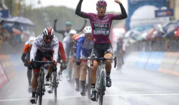Fernando Gaviria fue segundo en etapa 5 del Giro de Italia