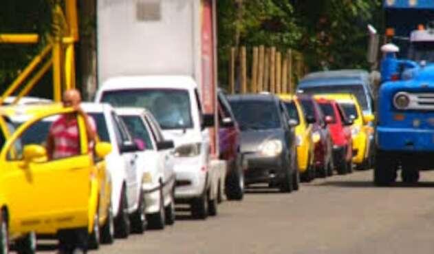 Largas filas de vehículos en estaciones de gasolina de Cúcuta