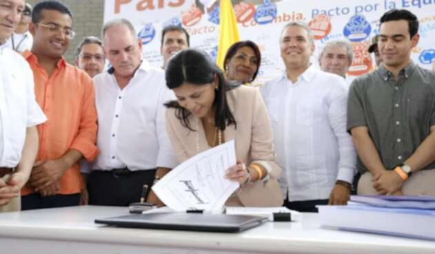 Gloria Alonso, directora del Departamento Nacional de Planeación, firmando el PND en Valledupar