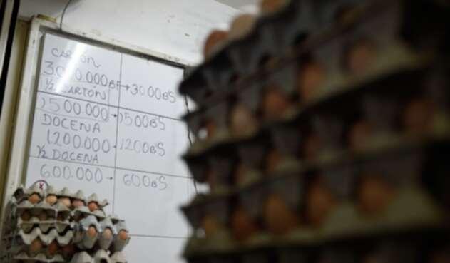 Una caja de cartón de huevos puesta en venta en un supermercado de Chacao, en Caracas