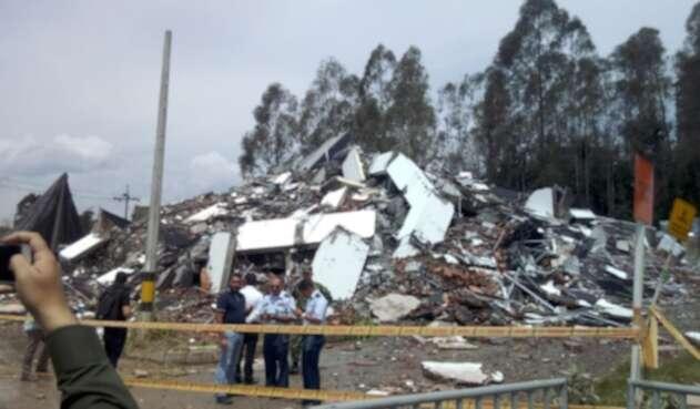 Derribamiento del edificio Altos del Lago en Rionegro.