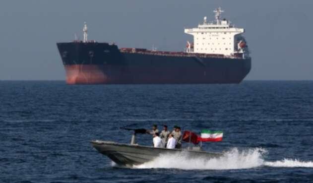 """Soldados iraníes conmemorando el """"Día Nacional del Golfo Pérsico"""" en el Estrecho de Ormuz, el 30 de abril de 2019"""