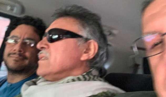 Iván Cepeda, Jesús Santrich y Pablo Catatumbo saliendo de la Fiscalía General de la Nación y dirigiéndose a la sede del partido Farc