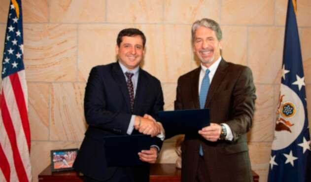 José Andrés Romero, director de la DIAN, junto a Kevin Whitaker, embajador de Estados Unidos en Colombia