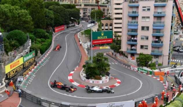 Lewis Hamilton en su monoplaza durante el Gran Premio de Mónaco