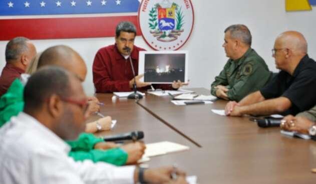 Nicolás Maduro, presidente de Venezuela, y Vladimir Padrino, su ministro de Defensa, reunidos en Caracas junto a otros integrantes del gobierno