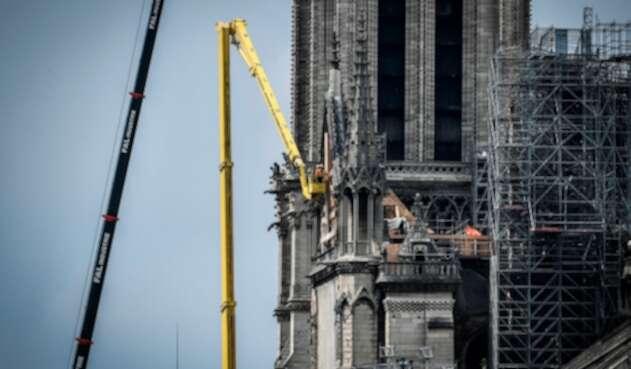 Empleados en la zona de Notre Dame, en París, que se incendieraron el 15 de abril de 2019