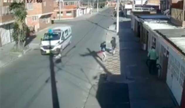 Imagen de la patrulla de la Policía atropellando a un perro, en Bogotá