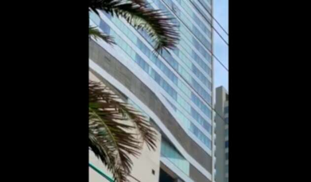 El momento en que el turista empezó a lanzar cosas desde un hotel en Cartagena