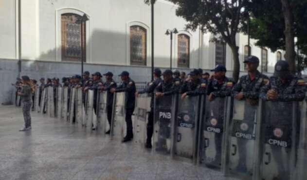 GNB rodea Asamblea venezolana por alerta de bomba