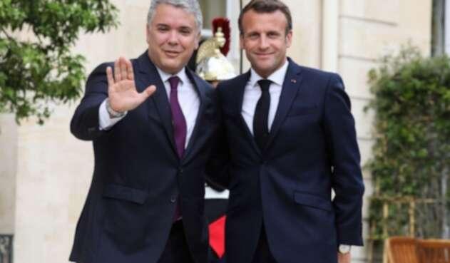 El presidente francés Emmanuel Macron (d) posa con el presidente Ivan Duque (i).