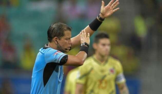 Arbitro Victor Carrillo revisó el VAR ante el gol de Luis Díaz