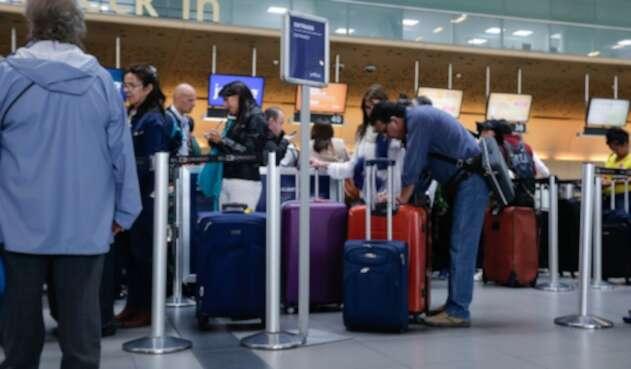 Viajeros en el Aeropuerto El Dorado, en Bogotá